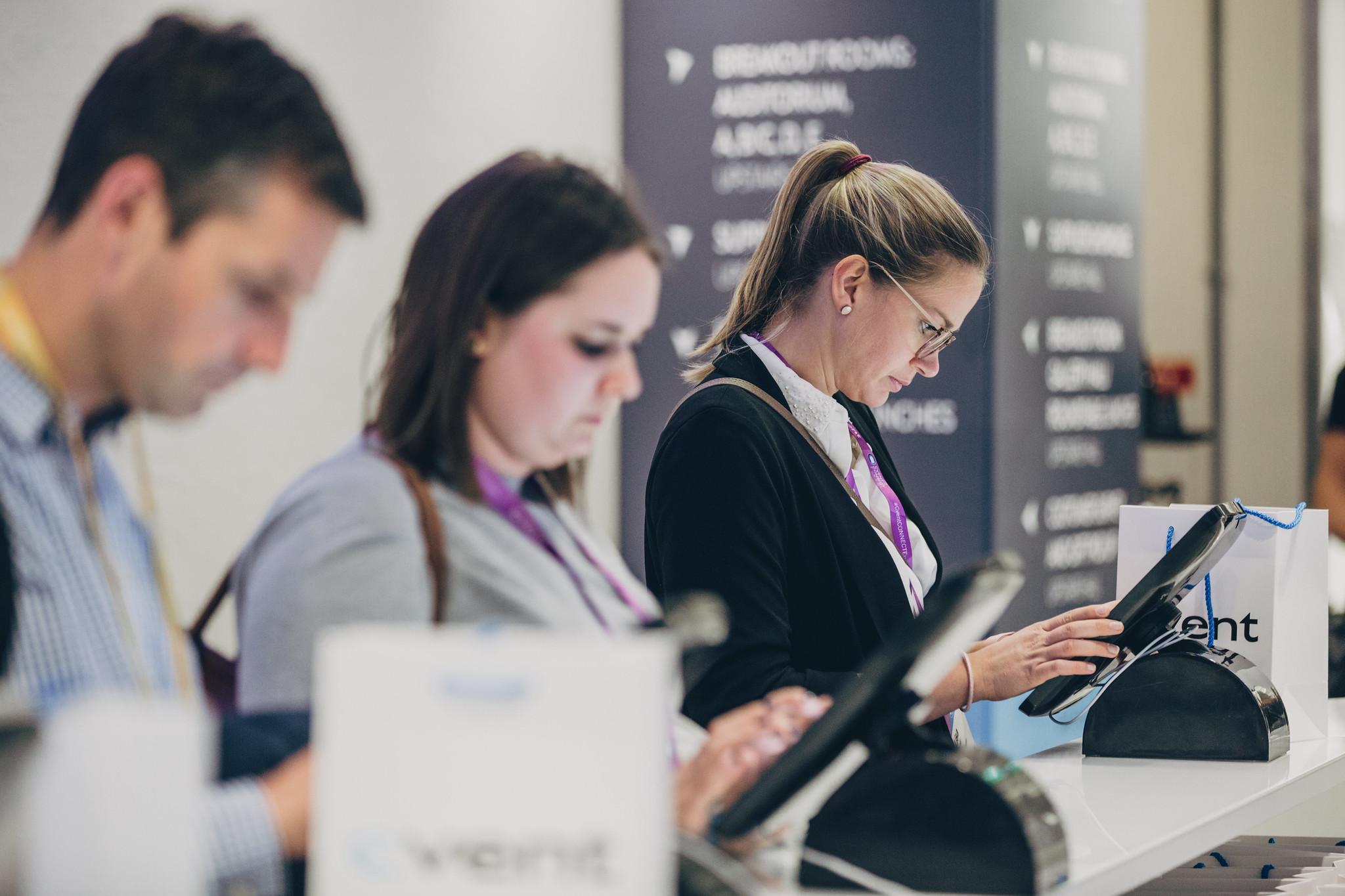 Check-In Bereich mit Terminals auf Veranstaltung